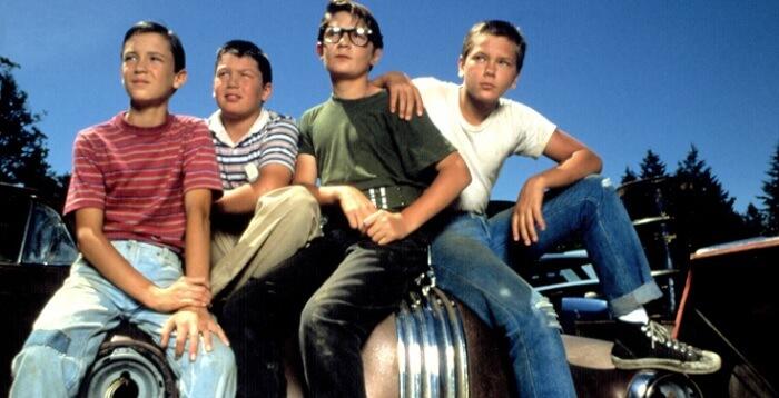 映画「スタンド・バイ・ミー」からリバーフェニックス演じるクリスとゴーディ、テディ、バーンの仲良し4人組